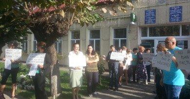 Timiş: Angajaţii Primăriei Dumbrăviţa se află în cea de-a doua zi de grevă