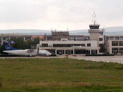 Aproximativ 150 de jandarmi, pompieri, lucratori de la Protectia Civila, medici si angajati ai Aeroportului International Cluj au participat, joi, la un exercitiu de salvare in cazul prabusirii unui avion.