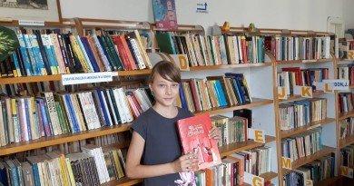 Voluntară la bibliotecă în toiul vacanţei de vară, Simona a declarat război Facebook-ului şi s-a înarmat cu sute de cărţi