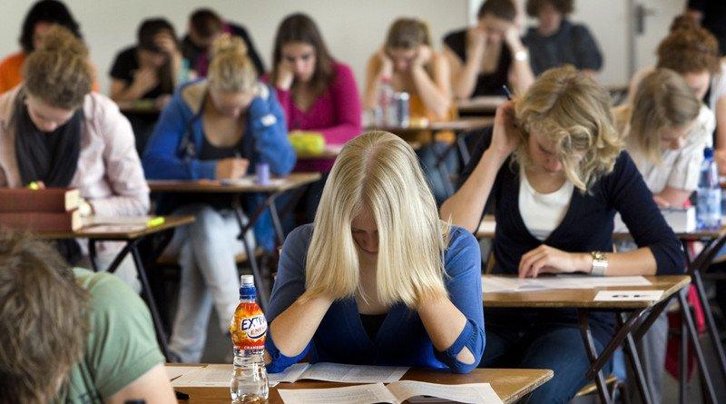 AMSTERDAM - Leerlingen van het Barlaeus gymnasium in Amsterdam buigen zich maandag over hun eindexamen Nederlands. Het centraal schriftelijk examen is maandag van start gegaan. Het VWO trapt af met het eindexamen Nederlands.  ANP MARCEL ANTONISSE