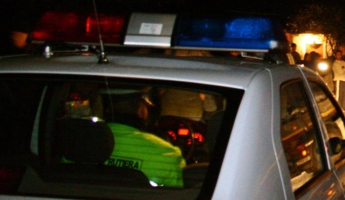 Conducatorul auto Gheorghe Popa discuta cu politistii si presa, dupa ce si-a parcat TIR-ul de-a latul drumului, pe DN 7 Arad-Deva ,joi, 8 noiembrie 2007, in dreptul localitatii Lesnic, blocand circulatia, pe motiv ca politia i-a confiscat permisul de conducere. Intorcandu-se din Ungaria, el a incalcat restrictia de circulatie a masinilor grele, de luni pana sambata, intre orele 7 si 19. Pentru faptul ca a blocat circulatia, el poate primi intre trei luni si doi ani de inchisoare. DORU NICA / MEDIAFAX FOTO