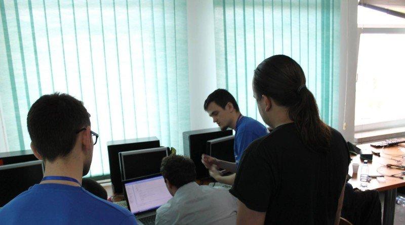 Proiect IT revoluţionar: mai mulţi studenţi din Arad şi Timişoara lucrează la un program care ţine hackerii la distanţă