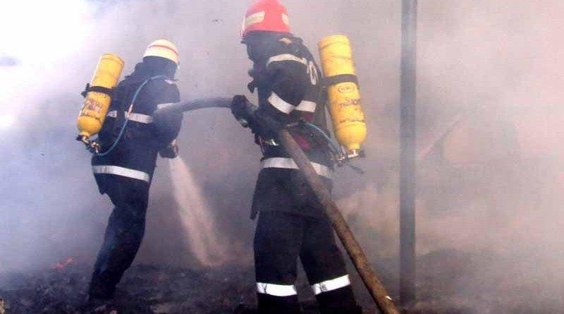 Un echipaj de pompieri intervin in stingerea unui incendiu izbucnit, luni, 25 mai 2009, la o fabrica de mobila din judetul Valcea. Incendiul de la fabrica de mobila din satul Sambotin, comuna valceana Daesti, a fost stins de pompierii militari dupa aproximativ o ora de interventii, iar reprezentantii Inspectoratului pentru Situatii de Urgenta au inceput cercetarile pentru a stabili cauzele izbucnirii focului. ISU VALCEA / MEDIAFAX FOTO